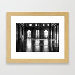 El niño curioso Framed Art Print