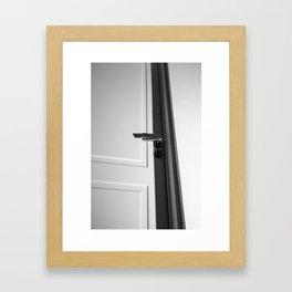 La puerta del jardín Framed Art Print