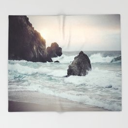 Crashing waves Throw Blanket