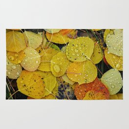 Water droplets on autumn aspen leaves Rug