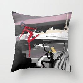 La petite coccinelle rouge Throw Pillow